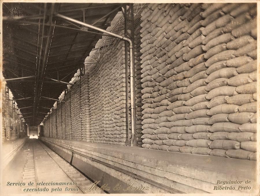Sacos de café en un almacén de premios del gobierno brasileño - colección del Museo del Café de Santos