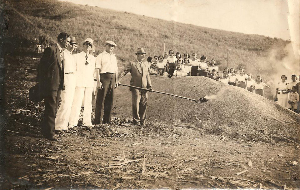 Foto antigua de café que se quemó en la finca cafetera en 1938 - Colección Getúlio Teixeira de Aguiar
